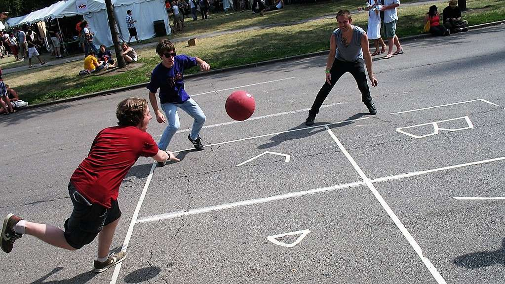Four Square: a Dying Game?